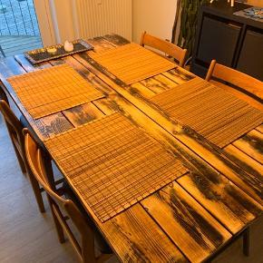 Dækkeservietter 45x35. Brugt ganske få gange og i perfekt stand 10 kr. pr stk.
