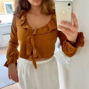 Sød bluse fra Asos. Blusen er cropped og er kun brugt få gange.