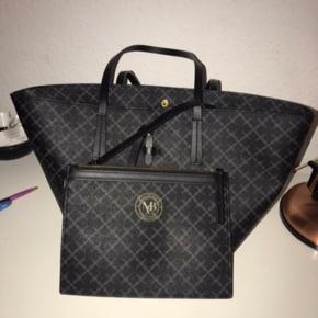 Overvejer at sælge min By Malene Birger taske  I rigtig fin stand! har kun nogle få pletter inden i  Clutch medfølger  Målene på dem er 40x21x12