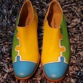 Buddahood  håndsyet sko i meget god kvalitet. Str. 38.Jeg har købt dem i Uk, men det er desværre for stort til mig .