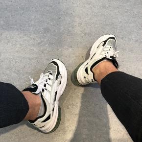 Jeg sidder i skrivende stund på mit arbejde, hvor jeg har påført mig de her lækre sneakers, men kan desværre ikke passe dem ordenligt.   Jeg har haft dem på i 2 timer og er derfor stadig i 10/10 condition.   Skoen blev købt på Zalando for 930kr for en lille uge siden.  Skoæske og kvittering haves stadig.  BYD endelig, men kommer ikke under 700.  God dag☀️🙏🏼