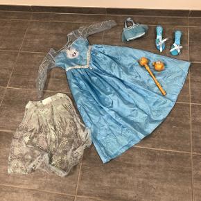 Frost udklædningskjole med tilbehør. Str 128.  Afhentes i 5400 Bogense.  Eller køber betaler porto.