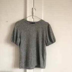 Fin grå tshirt fra ZARA i str m. I fin stand. Giver mængderabat 🌿
