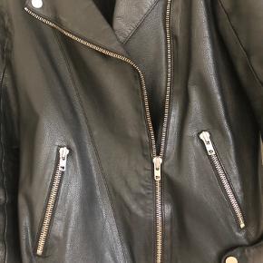 Lækker oversize læderjakke med flotte sølvlynlåse og knapper. Den er brugt så læderet er blødt, men har ingen fejl m.m
