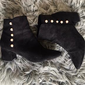 Super smukke sorte ruskinds støvler, med hvide knapper på siden 🍁🍂 se billed 7 for den ene spids skal fikses hos skomageren ( derfor den billige pris )