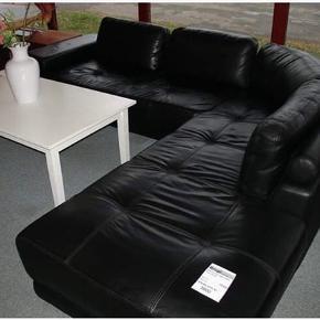 Højne sofa sælges.  1 billede er lånt fra nettet.   Højne sofa sælges pga flytning.  Nypris 15.000,- nu 3500,-  Prisen er ikke fast, BYD.   Sofaen er rigtig pæn og viser ikke tegn på slid, da vi altid har haft den dækket med tæpper.