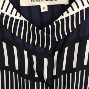Smukkeste silkeskjorte fra Diane Von Furstenberg. Brugt to gange.