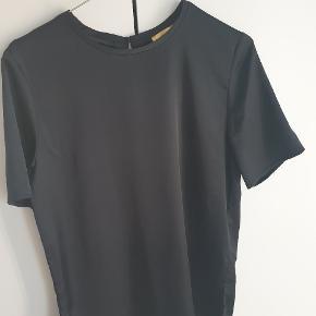 Sort blank T-shirt med slids i begge sider. Bemærk: den er lidt længere end en almindelig T-shirt.