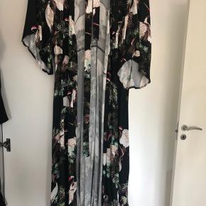Flot kimono kjole med smukt mønster.  Slå om kjole agtig:)