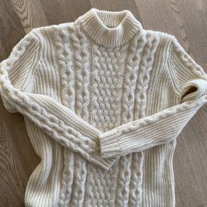 Råhvid rigtig fin sweater - er for lille til mig. Aldrig brugt, med 10 % alpaca, 45 % uld, 45 % akryl. Passer en 38, måske 40