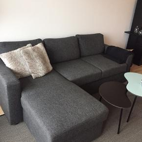 3 personers sofa - kan blive til sovesofa. Nypris var 5000.  God plads til opbevaring også 👏