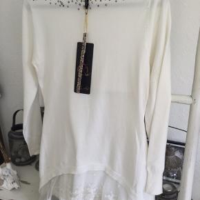 Fin hvid strik bluse med perle detaljer og flæsekant for neden, ny med mærke, str onesize men passer en str. S/M, så fin.  Pris 120 kr + evt porto
