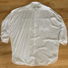 Oversize skjorte/ skjortekjole, ærmerne kan rulles og knappes.  Brugt og vasket en del gange, lidt krøllet men fejler absolut intet.