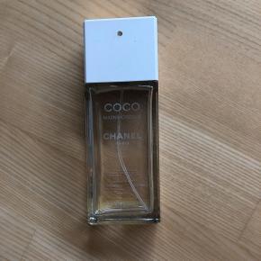 // Chanel Coco mademoiselle  // Stort set brugt helt op  // Tidligere brugt som tester på Chanel stand - se billede 3 // Forslag brug som pynt på værelse eller blandt andre parfumer  Pris 20kr
