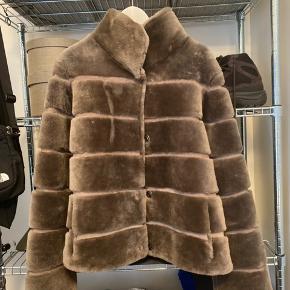 Jeg sælger min pels hvis det rette bud kommer, fra mærket Levinsky 1869 - 100% Lamb Sheared farven Dark Oak str 42 kan bruges af (38-42) købt hos Kirsten Stampe Søndergade 51 Aarhus C.  Standen er som ny, den er brugt kort tid et par gange og har ellers bare hængt i mit skab. Så nu er det tid til en ny ejer.   Ny prisen var 4500kr  Sælges for 2500kr  Er modtagelig for seriøst bud.   Kan afhentes i Aarhus eller sendes med DAO. Fragt og andre eventuelle gebyrer betales af køber.   Først til mølle