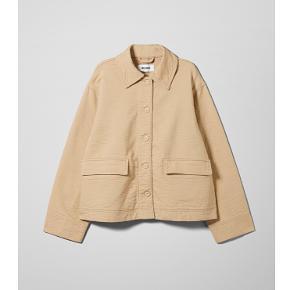 Sælger denne efterårs/vinter jakke fra weekday. Den er næsten ikke brugt, så den fremgår som ny. BYD