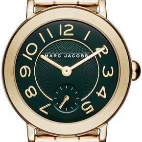 Guld og mørkegrønt ur fra Marc Jacobs. Modellen MJ3488.  Fremstår som nyt, uden tydelige brugsmærker men mangler nyt batteri.  Kasse og ekstra hæng til remmen medfølger så det kan justeres i størrelsen.  Skriv for mere information eller for et bud :)