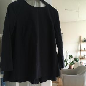 Rigtig fin tunika-skjorte med folder på ryggen og en lille lynlås.