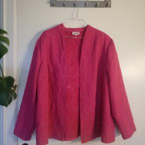 Fin, fin let sommerjakke eller bluse. Pink, med let shimmer og smukt mønster. Fitter en L (jeg er M og har brugt den oversize). Rammer midt hofte på en 165.
