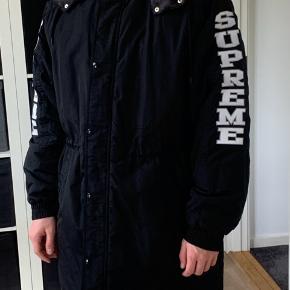 Helt ny sleeve logo side Line Parka. Original suprême jakke. Pose, kvittering og indpakning kan fremvises. Bud modtages