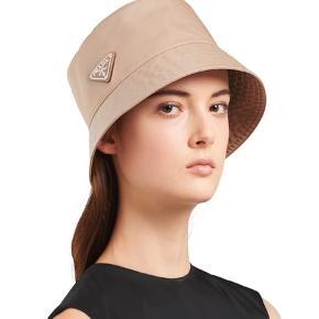Sælge denne smukke Prada hat. 1,5 måned gammel. Alt medfølger!  Nypris 2600,-  Str Medium   Mp. 2100,-