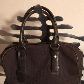 Flot stor taske fra Calvin Klein med god plads til ALT - Aldrig brugt  Købt i Danmark mener det var Neye, for nogle år siden, men den står bare og fylder