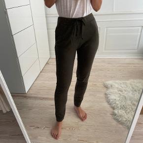 Grønne bløde joggingbukser fra Zara. De er mærket som str M, men synes de passer en s bedre. Jeg bruger 26 i jeans. De sidder over navlen. Super fine. Sælges til 80 kr. Kan afhentes i Kbh K eller sendes med dao til pakkeshop. Jeg giver mængderabat ved køb af flere ting - se mine andre annoncer