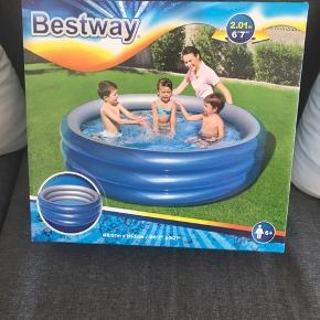 Sælger dette badebassin, da vi desværre ikke får det brugt.   Ikke pakket ud.   Nypris 299kr