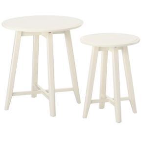 Jeg sælger disse to hvide borde fra IKEA. Ny pris har været 599 kr.   Det store bord har en lille rund forhøjning i pladen, som det ses på sidste billede, men det er ikke noget, der gør noget.   Byd gerne