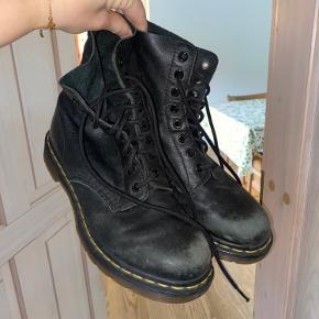 Fitter en str 39 med en tyk sok til det kolde vejr. Da støvlerne har sine tegn på slid, er jeg villig til at sælge dem for en helt og aldeles fair pris:)