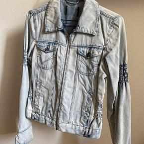 Jeansjakke med lynlås. S-lille M. Stretch.