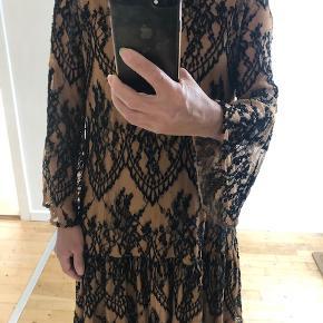 meget flot kjole fra Ganni, nude farvet med sorte blone i stoff. løs modell str. xs men passer Small!