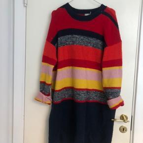 Rigtig fin lang sweater fra asos, som kan bruges med bukser eller som kjole. 💜