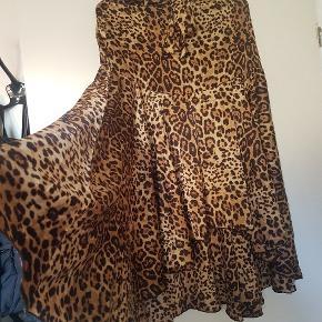 Super smuk midi / lang / mellemlang nederdel fra bik bok i leopard / leo mønster.Går til lige under knæet.  Sælges kun fordi den er lidt for lille (jeg er en størrelse m, nederdelen er en størrelse s).  Sender gerne - byd