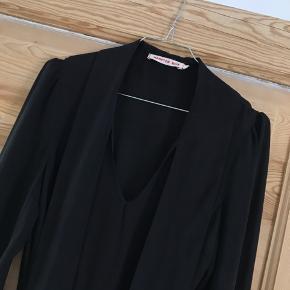 Super flot sort kjole fra Hampton Bays med super fine detaljer og tilhørende bælte. Str. står ikke længere i, men vil vurdere den til at være svarende til en str. 36.