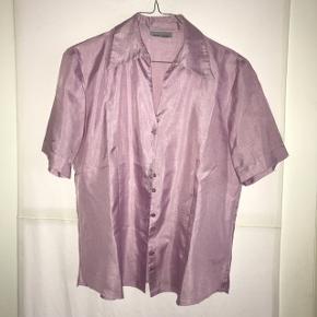 Flot shiny skjorte fra Gerry Weber i lys lilla. Str 38. Sælges, da den er for stor til mig. Kan sendes eller hentes i Gladsaxe.