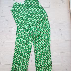 Det smarteste sæt, top og bukser.  Toppen er str  XL, bukserne str L BYTT IKKE  !!!  Prisen er 800 kr for sættet  Handler mobil pay