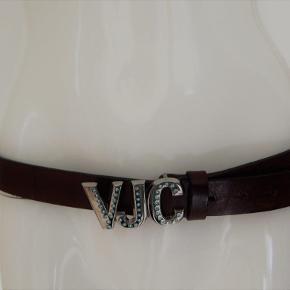 Versace bælte brun læder med stål logo spænde isat lyseblå rhinsten, 3 cm bredt, huller/længde 90-100 cm. Brugt få gange, er i pæn stand
