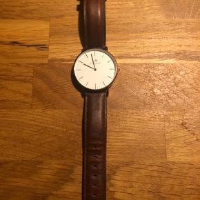 Super flot rosegold DW ur, kun lidt brugstegn hvor læderet bøjer når uret lukkes.