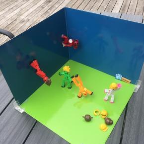 Stikbot studios (stor samlet pakke med figurer, tilbehør og green screens) - Legetøj med app, der lærer dit barn at lave film   Legetøjsfirmaet Zing har lavet et nyt legetøj kaldet StikBots. StikBots er en pakke med en greenscreen, et smartphonestativ og to små bevægelige robotter med sugekopper på ''fødder'' og ''hænder''. Formålet er at bruge deres officielle app til at lave korte stop-motion film med de bevægelige robotter, som man så kan dele på YouTube, Facebook og den slags sociale medier under hashtagget #stikbot. App'en hedder StikBot Studio og er gratis i både App Store og Google Play Store.