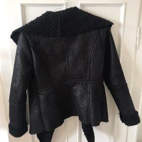 """Just Female """"Forrest jacket"""" i str. XS. Skindlignende materiale på selve frakken og plys indeni og i krave. Lukkes med trykknapper (se den lukket på billede 3)."""