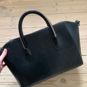 """Sælger den taske fra Leowulff, kan akkurat indeholde en 13"""" macbook hvis den ikke er i sleeve. Tasken er brugt og har enkelte tegn på slid, værste slid ses på det sidste billede som er på den ene side af tasken.  Der medfølger en tilhørende lang rem så man kan bære den over skulderen  Jeg er åben for bud :)"""