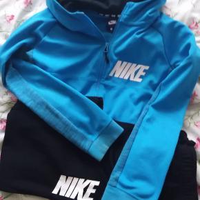 Pænt Nike sæt i str l junior