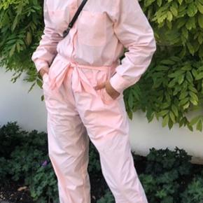 Sælger denne smukke buksedragt fra samsøe samsøe da jeg ikke får den brugt. Den er brugt få gange og derfor i rigtig god stand. Nypris var 1500, og min mindstepris er derfor 500 kr