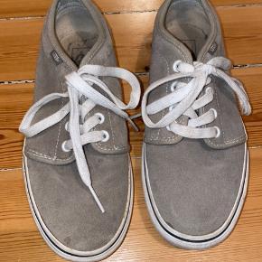 Vans sko i grå ruskind. Brugt 2-3 gange, super god stand. Købt i USA. Uden æske. Køber betaler for forsendelse - kan dog mødes efter aftale og handle på Amager for at bespare forsendelsen :)
