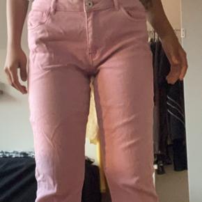 Lyserøde jeans med frynser i bukseenden, i str. 38