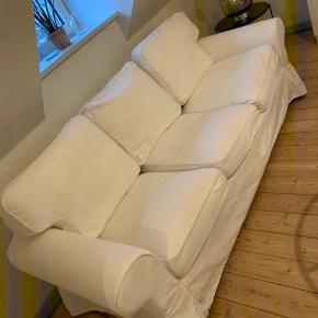 Ektorp 3-personers sofa fra Ikea. Købt i 2016. Betræk er nyvasket og den står forholdsvis flot. Der er selvfølgelig lidt brugstegn og en plet som ikke kan gå af, ses på 3. Billede