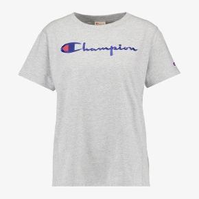 Sælger denne tshirt fra Champion i en størrelse xs (fitter også small).   Den fejler intet og er stort set ikke brugt 💗