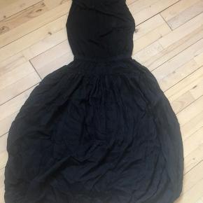 Flot kjole der er syet sammen i ét stykke i str.1. 46% silke og 54% linen.