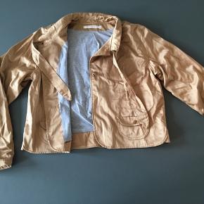 Elegant cardigan/jakke fra et kvalitets mærket, Custommade.  Jakken er brugt i en kort periode for mange år siden, og har derefter ligger godt opbevaret.  Den trænger til en dampning, men er ellers i rigtig god stand.   Nypris: 1.100 kr.